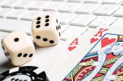 tangentbord, tärningar, kort