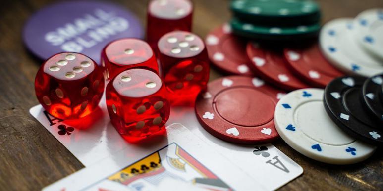 Tärningar, spelpolletter och spelkort